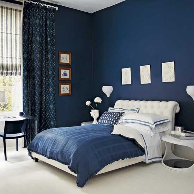 une idée pour la décoration une chambre à coucher en bleu foncé