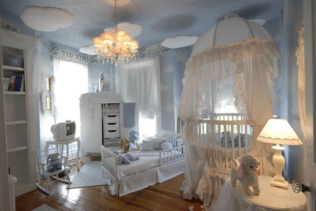 une idée pour la décoration une chambre à bébé en bleu et blanc