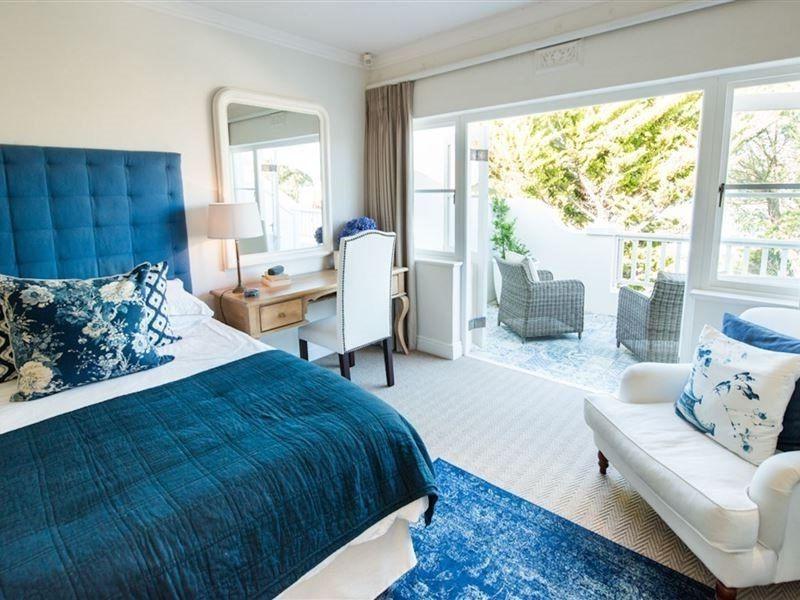 une idée pour la décoration une chambre à coucher en bleu foncé et blanc