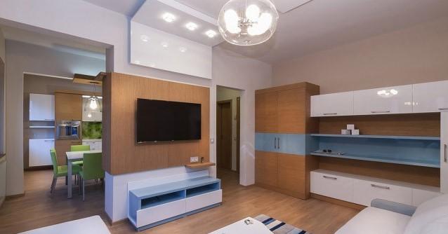 Une idée pour décorer une pièce avec des murs bleus et des meubles en bois