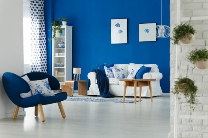 Une idée pour décorer une chambre en bleu avec des pierres et des fleurs