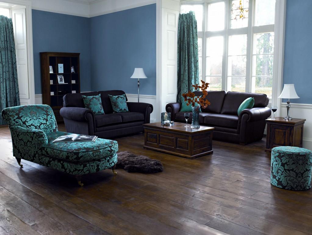 Une décoration de la chambre en bleu avec le plancher en bois