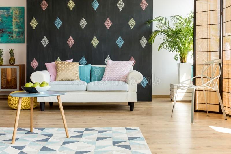 Une idée pour décorer une chambre avec des éléments bleus et des fleurs