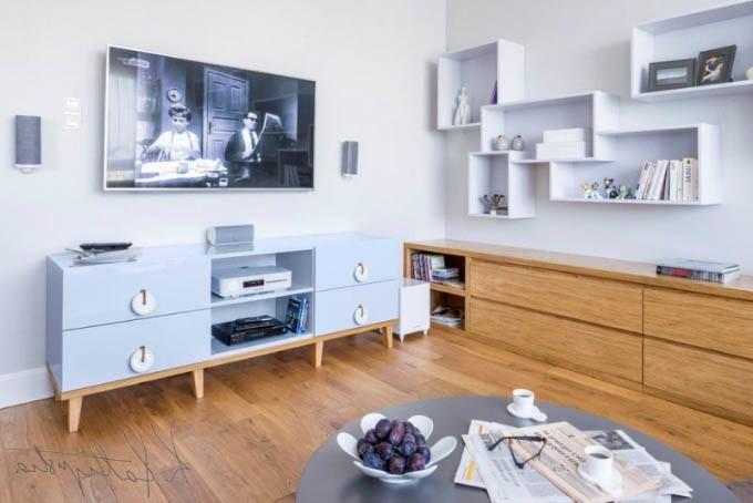Décoration de la chambre en bleu claire avec des éléments en bois