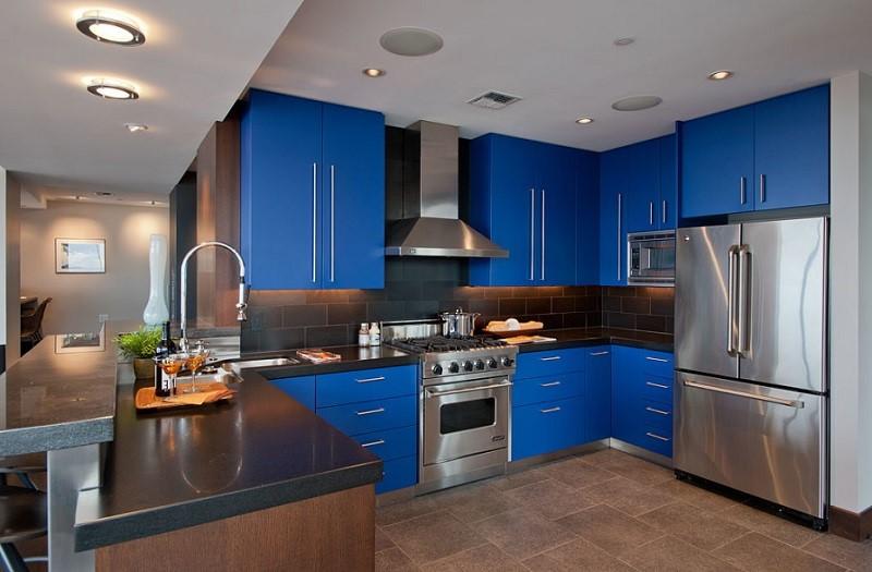 Une idée pour décorer une cuisine avec des meubles en bleu