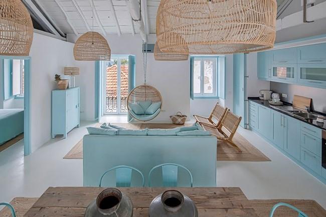 Une idée pour décorer une chambre avec des murs et des meubles en bleu clair