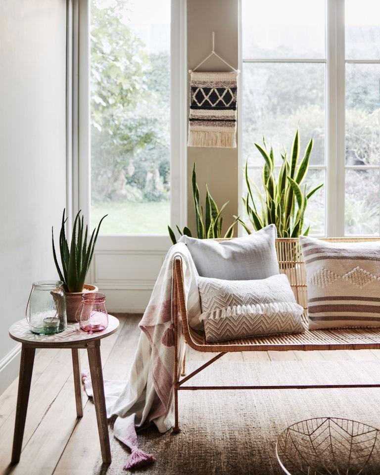 Une décoration d'une chambre avec des éléments naturels