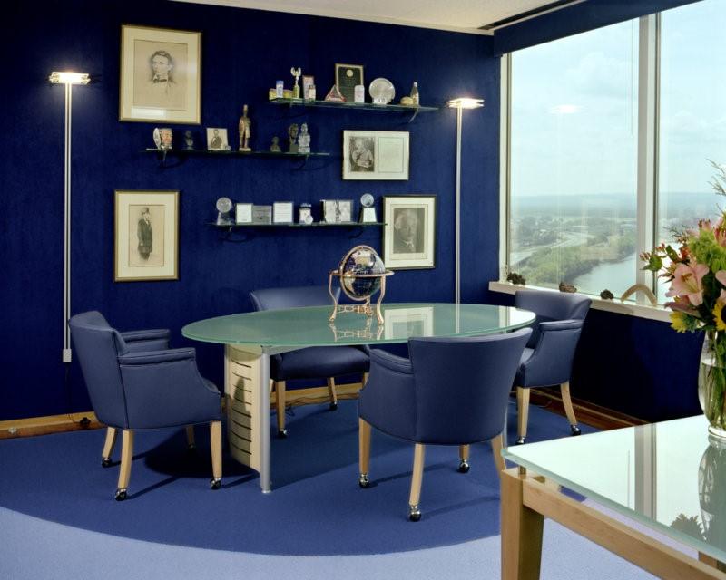 Décoration de la salle à manger dans le bleu foncé