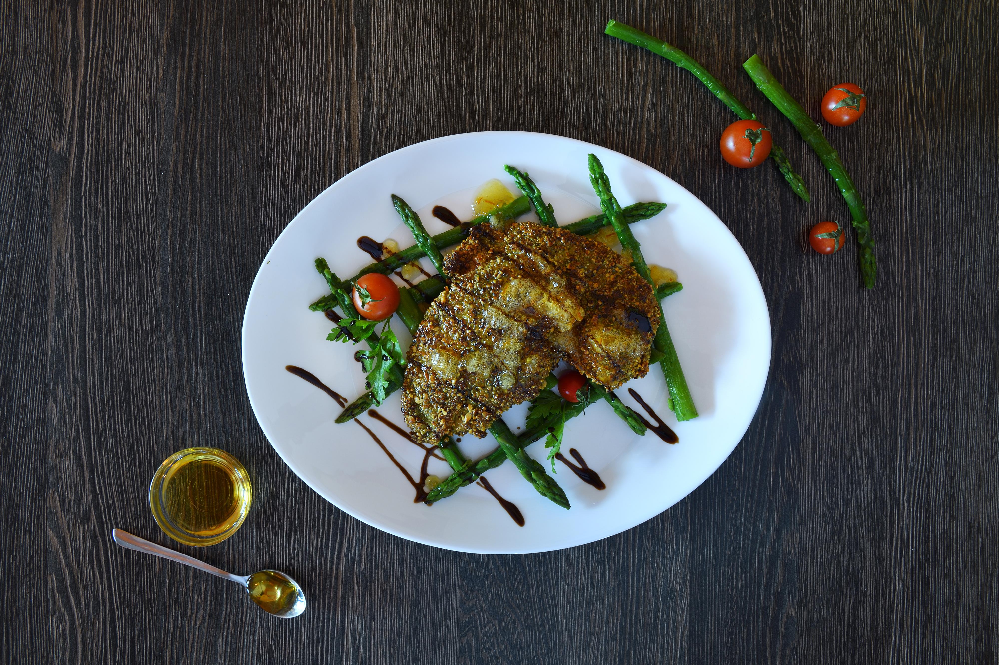 Poulet croustillant aux tomates et aux asperges une idée de recette super facile pour un dîner d'été