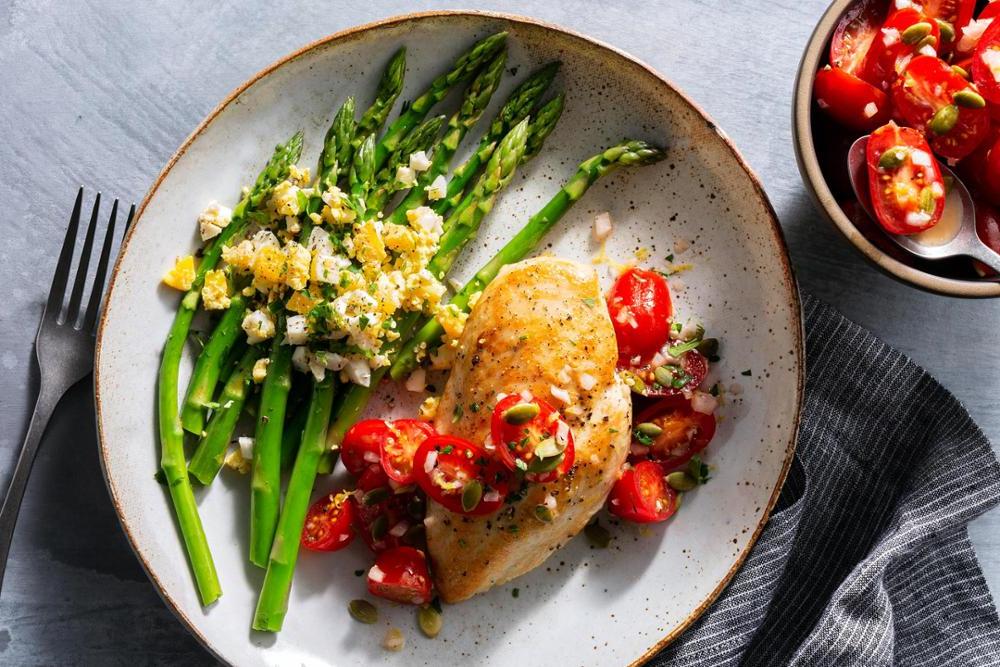 Poulet croustillant aux tomates et aux asperges -une recette super simple et idéale pour l'été
