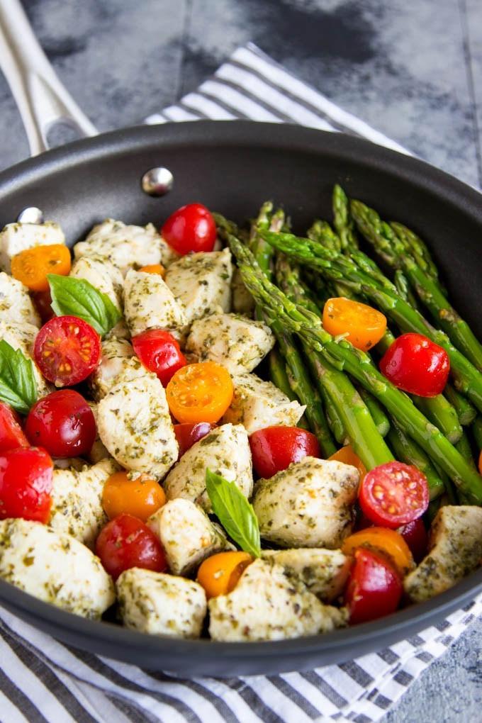 Poulet croustillant aux tomates et aux asperges -une idée de recette super facile pour un diner d'été