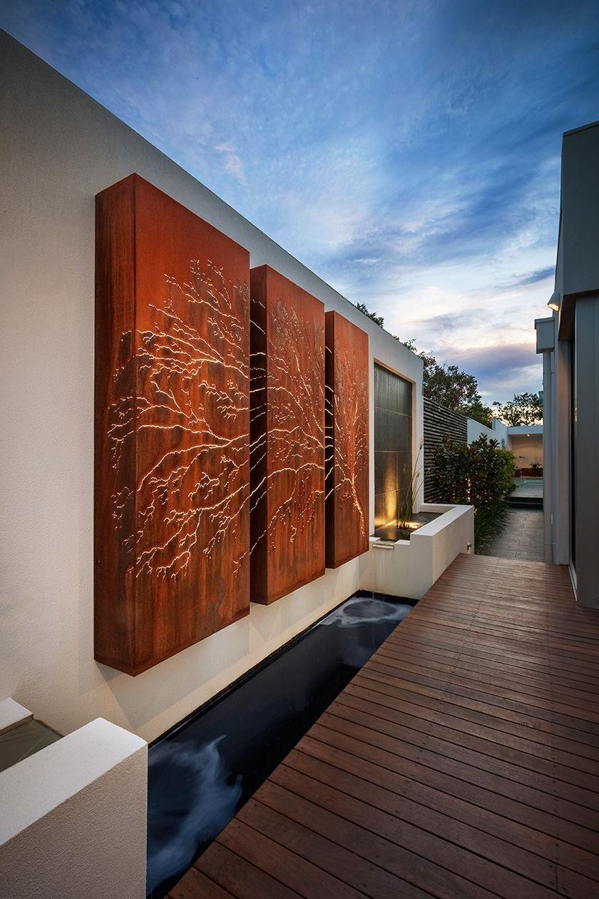 Décoration en bois pour le mur extérieur de la maison et le jardin - un autre modèle