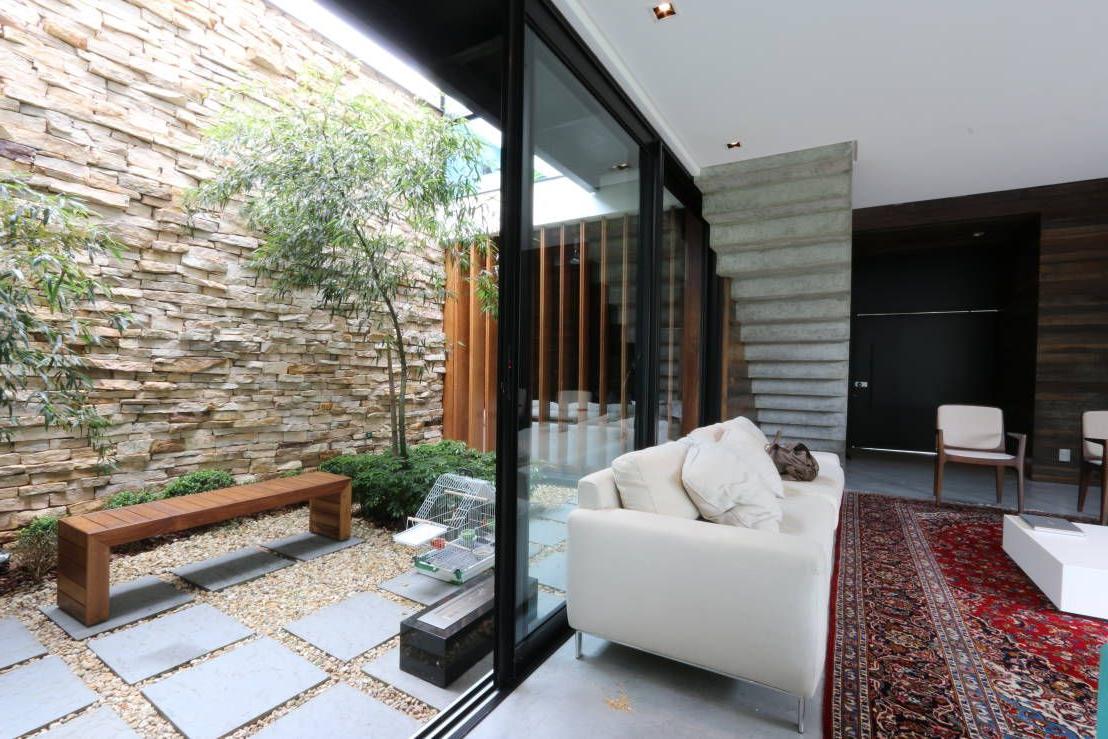 La décoration moderne avec les pierres pour le mur extérieur de la maison