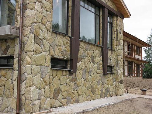 décoration en pierre et bois moderne pour le mur extérieur de la maison