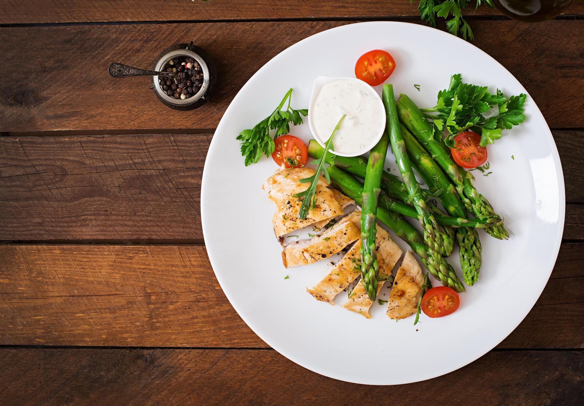 Poulet croustillant aux tomates et aux asperges une idée de recette super facile