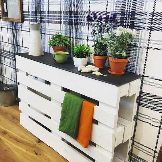 Une Idée pour une étagère avec des palettes en blanche couleur