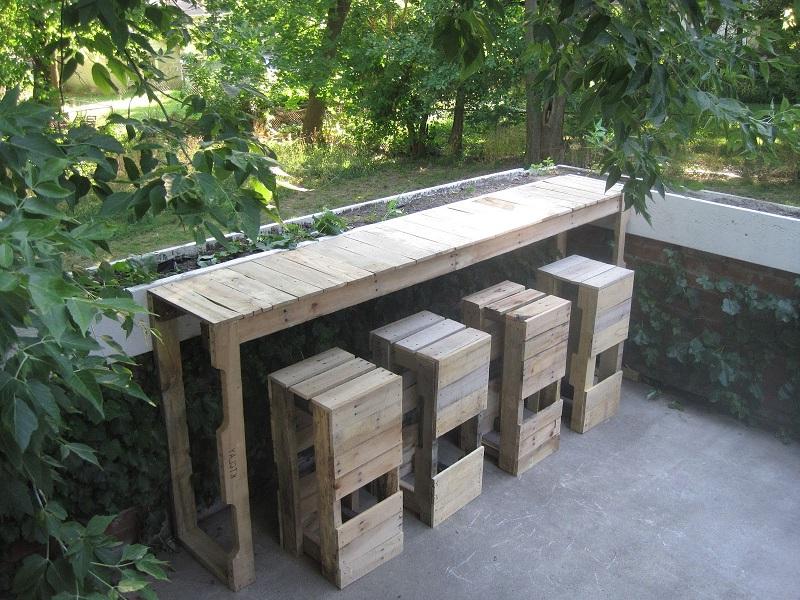 Une Idée pour un bar avec des palettes dans le jardin