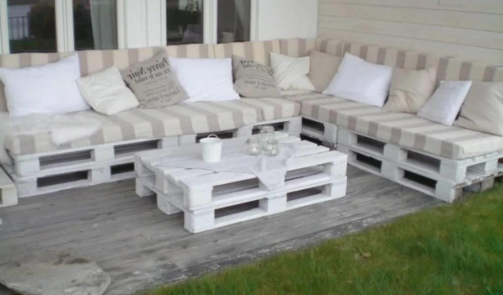 Une Idée pour un canape et un table avec des palettes en blanche couleur dans le jardin
