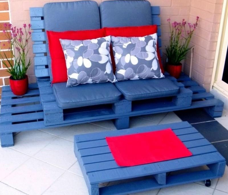 Une Idée pour un canape et un table avec des palettes en bleu couleur