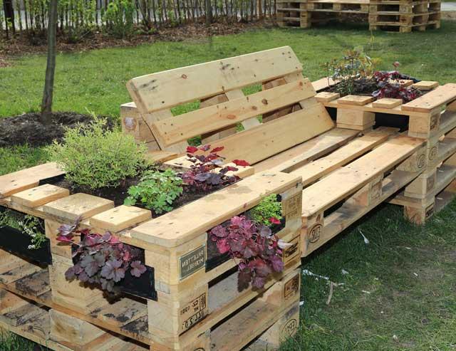 Idée pour le canapé avec des fleurs avec des palettes en bois