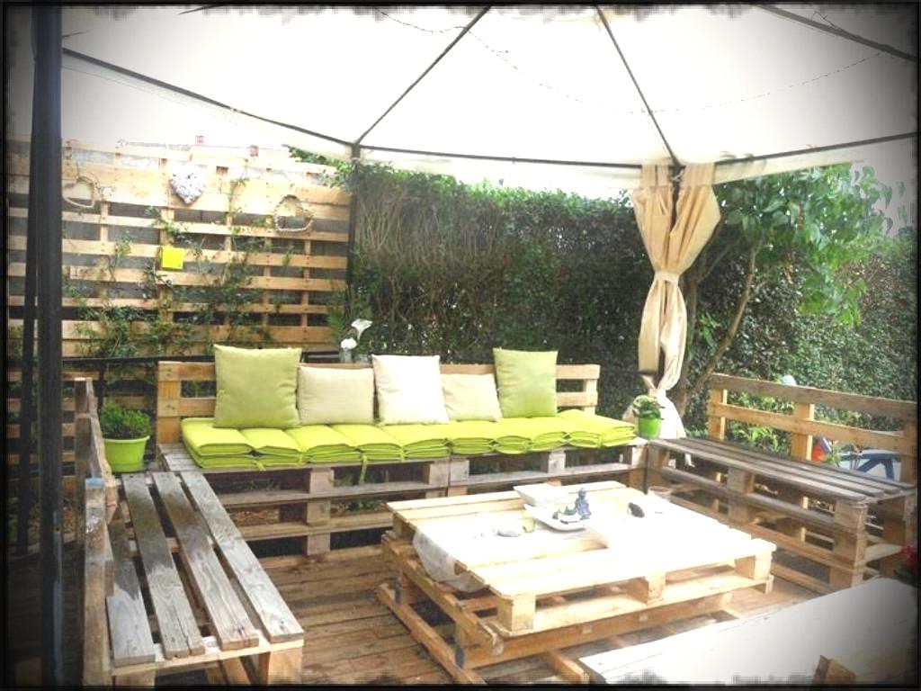 Une idée de palettes pour le jardin avec canapé et table