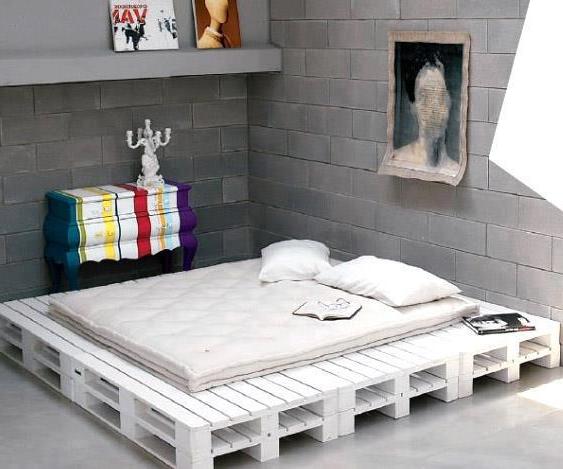 Une idées pour le lit avec des palettes en blanche couleur