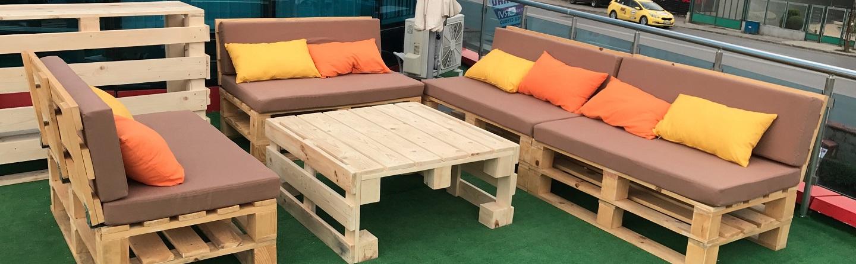 Une idée d`un canapé avec des palettes en des couleurs chaudes