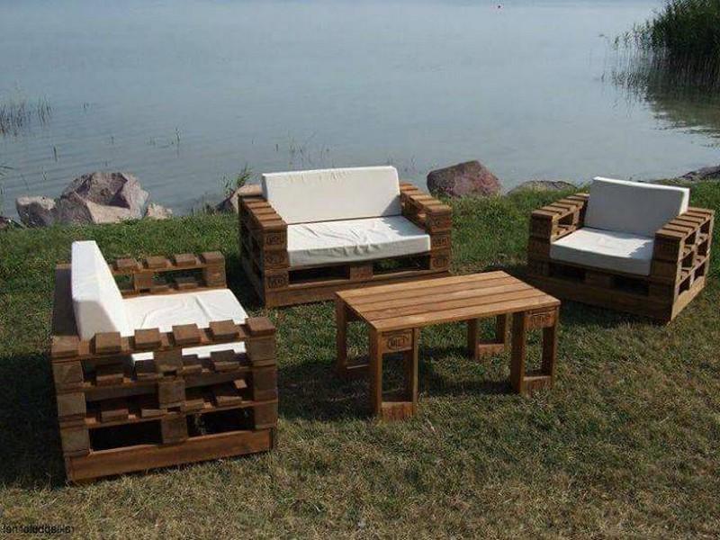 Une idée d`un canapé avec des palettes dans le jardin