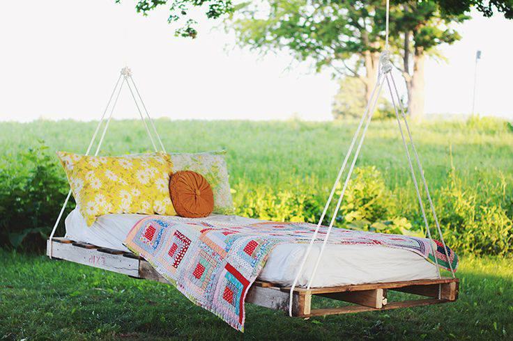 Une idée pour un lit de jardin suspendu