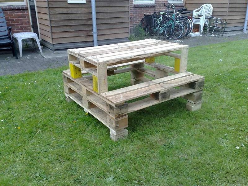 Idée de canapé et table avec des palettes pour le jardin