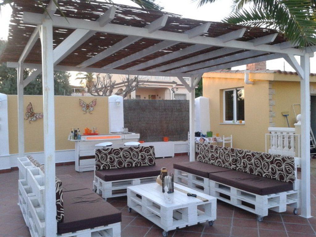 Idée de palettes pour le jardin avec canapé et table