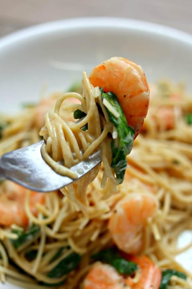 Pâtes aux crevettes et tomatеs - une idée de recette simple et fameuse