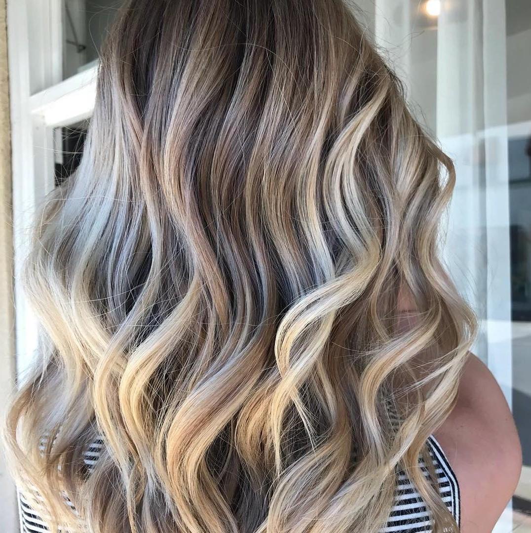 Le balayage blond - c'est une technique de teinture des cheveux dans laquelle le colorant est peint à la main sur le cheveu pour lui donner une transition naturelle et progressive sans traits apparents ni dures.