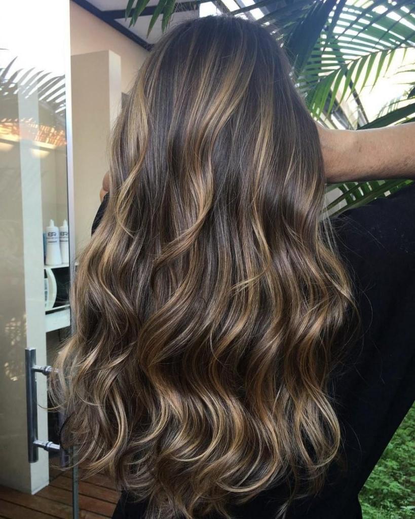 Le balayage utilise divers tons de lumière et d'obscurité pour créer de multiples dimensions de couleur, laissant aux cheveux une lueur mélangée, naturelle et ensoleillée.