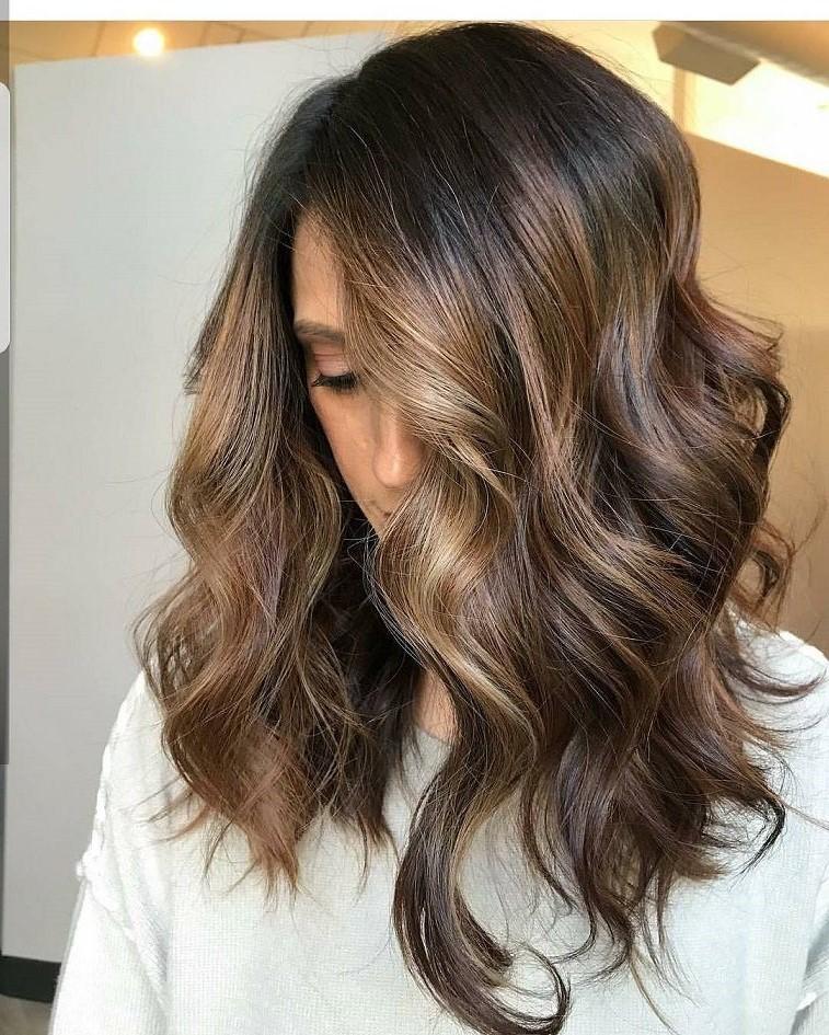 Saviez-vous que le balayage blond nécessite moins d'entretien en raison de la transition naturelle des couleurs.