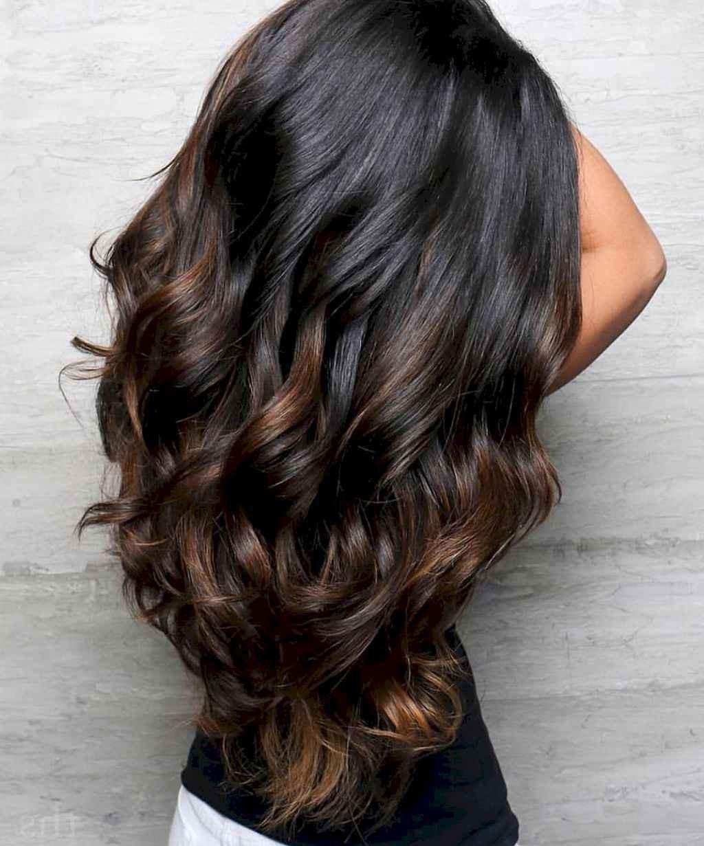Même si vos cheveux sont naturellement foncés, vous pouvez essayer le balayage brune.