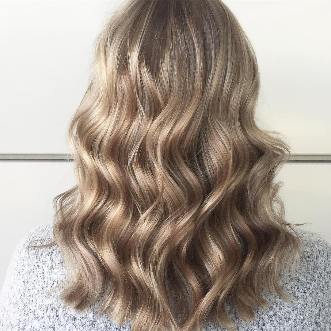 Éclaircir radicalement les cheveux en une seule séance peut être dommageable.