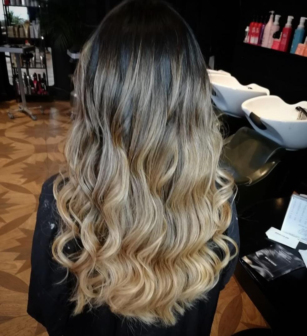 Vous devez consulter votre coloriste sur le temps que prendra l'éclaircissement de vos cheveux.
