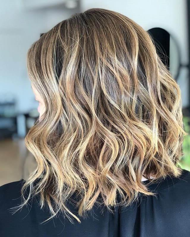 Le balayage a des lignes moins perceptibles que les mèches de cheveux traditionnelles - l'idée principale est de créer un look doux et naturel.