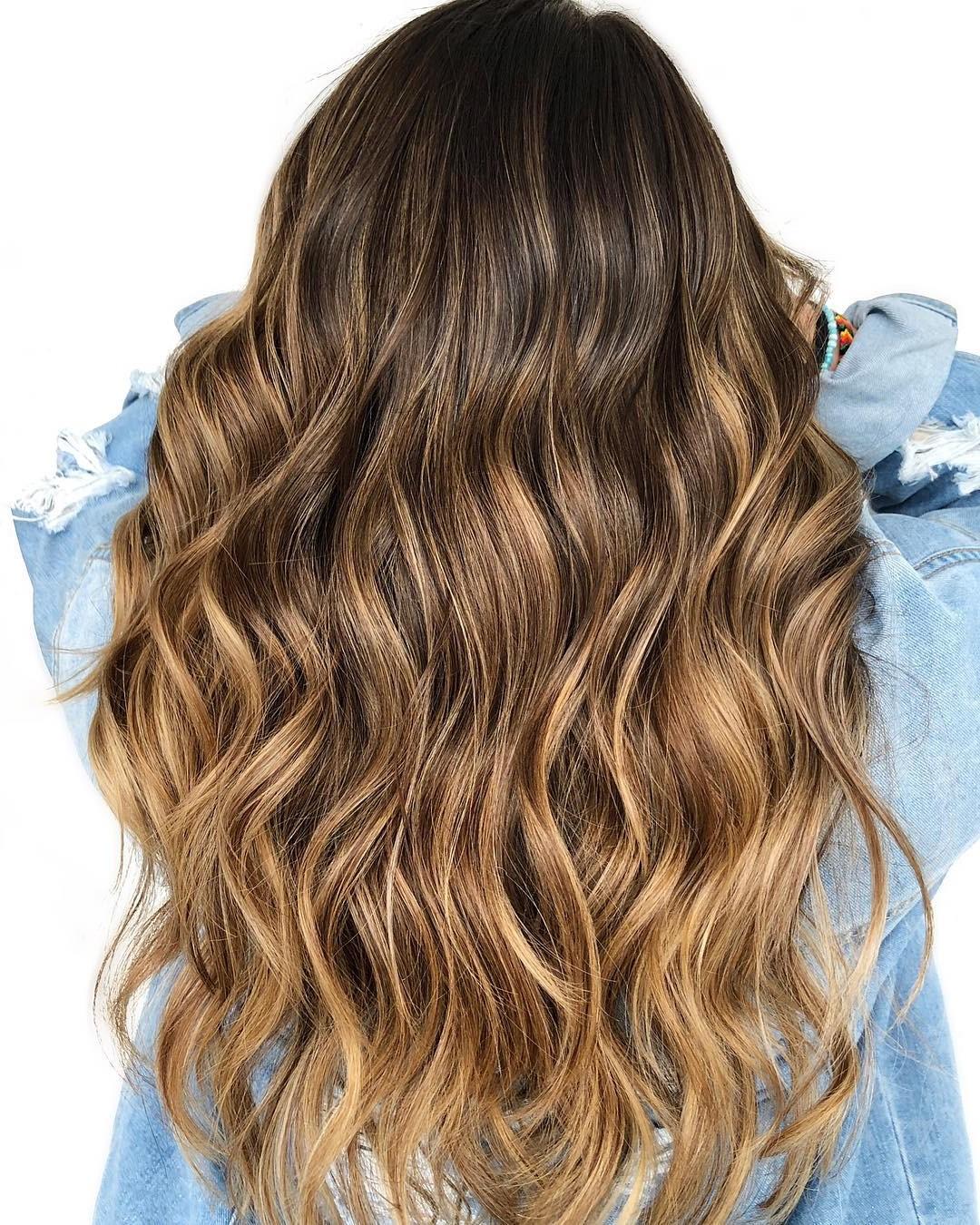 Le balayage imite les parties de vos cheveux qui s'éclairciraient naturellement au soleil.