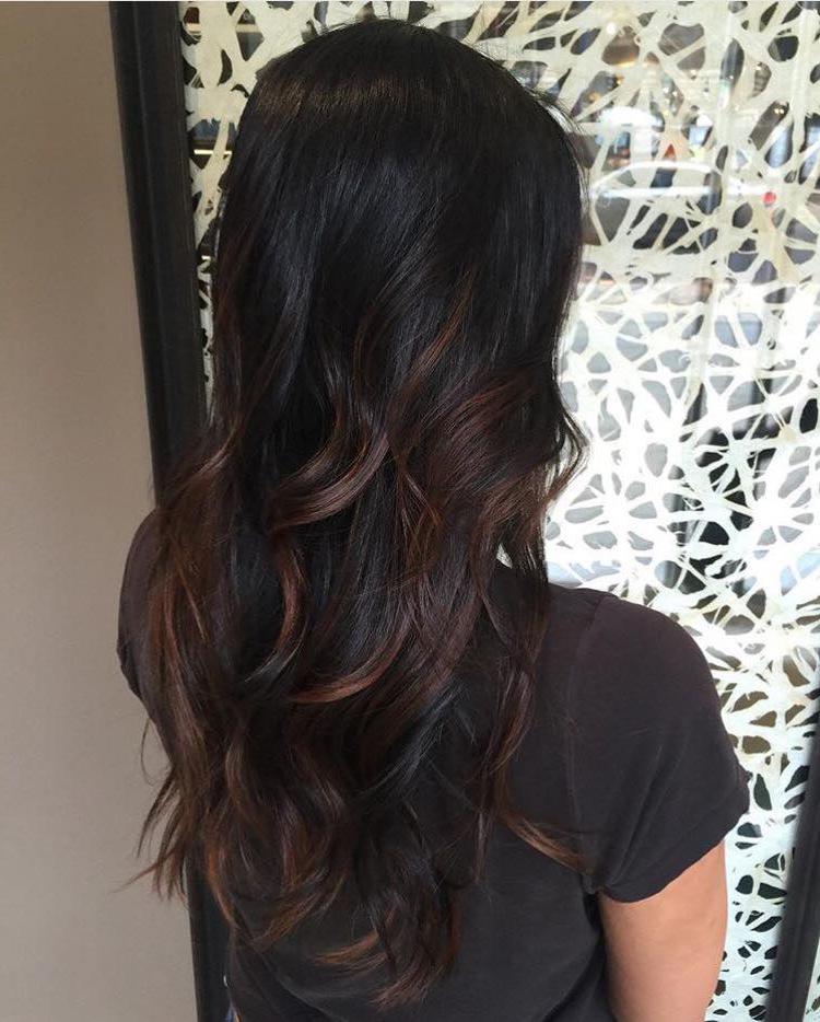 Le balayage vous permettront de booster vos cheveux bruns