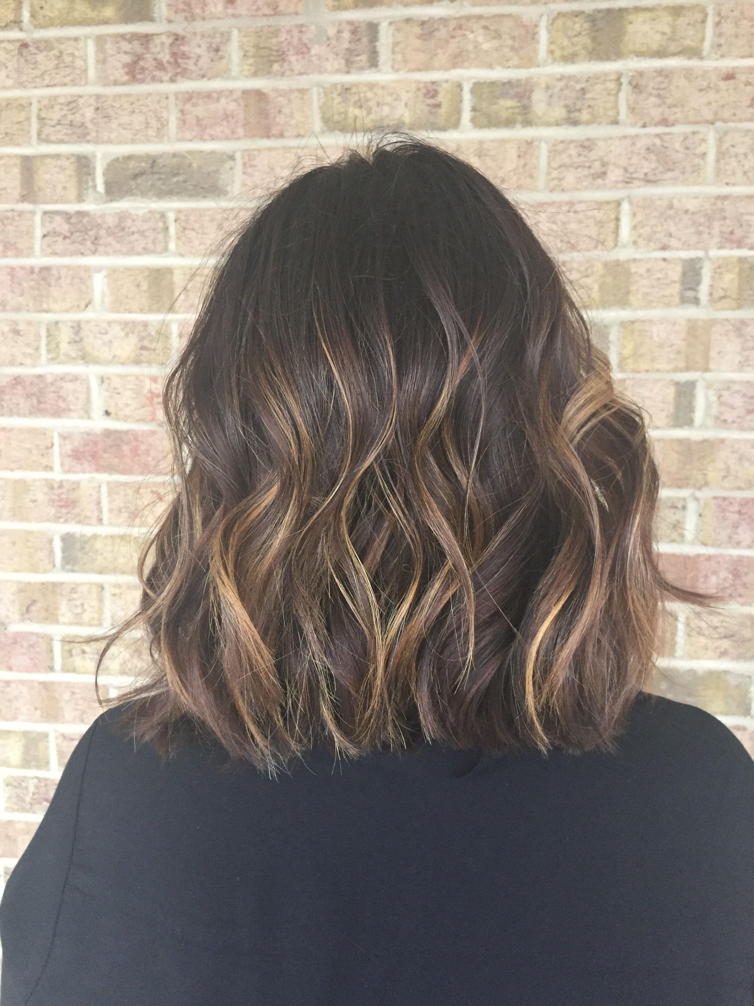 Les nuances de caramel brun doré reproduisent les effets du soleil sur les cheveux.