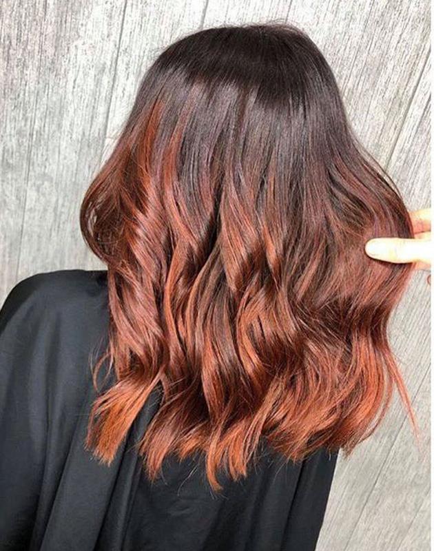 Pour apporter de la chaleur et de la couleur de vos cheveux roux, choisir une nuance un à deux tons plus clairs que votre couleur naturel.