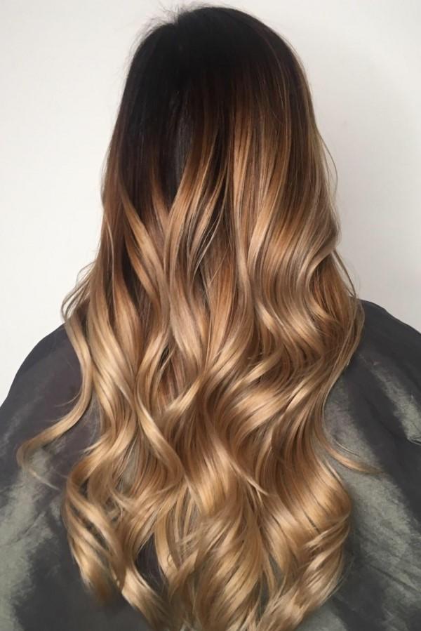 Le balayage blond est devenu l'une des demandes les plus populaires dans les salons de coiffure du monde entier.
