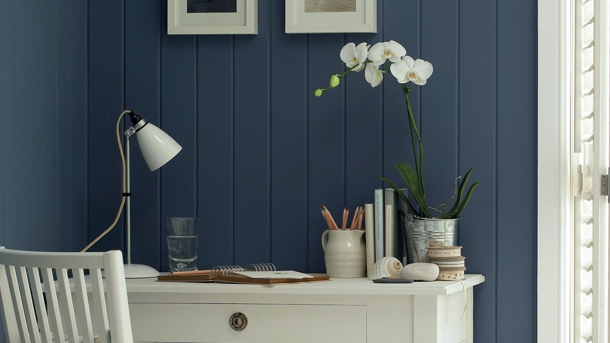 Le blanc est également très beau avec les murs peints en bleu pétrole.