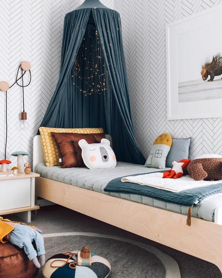 Voici une idée pour la chambre de votre enfant - un baldaquin bleu pétrole.