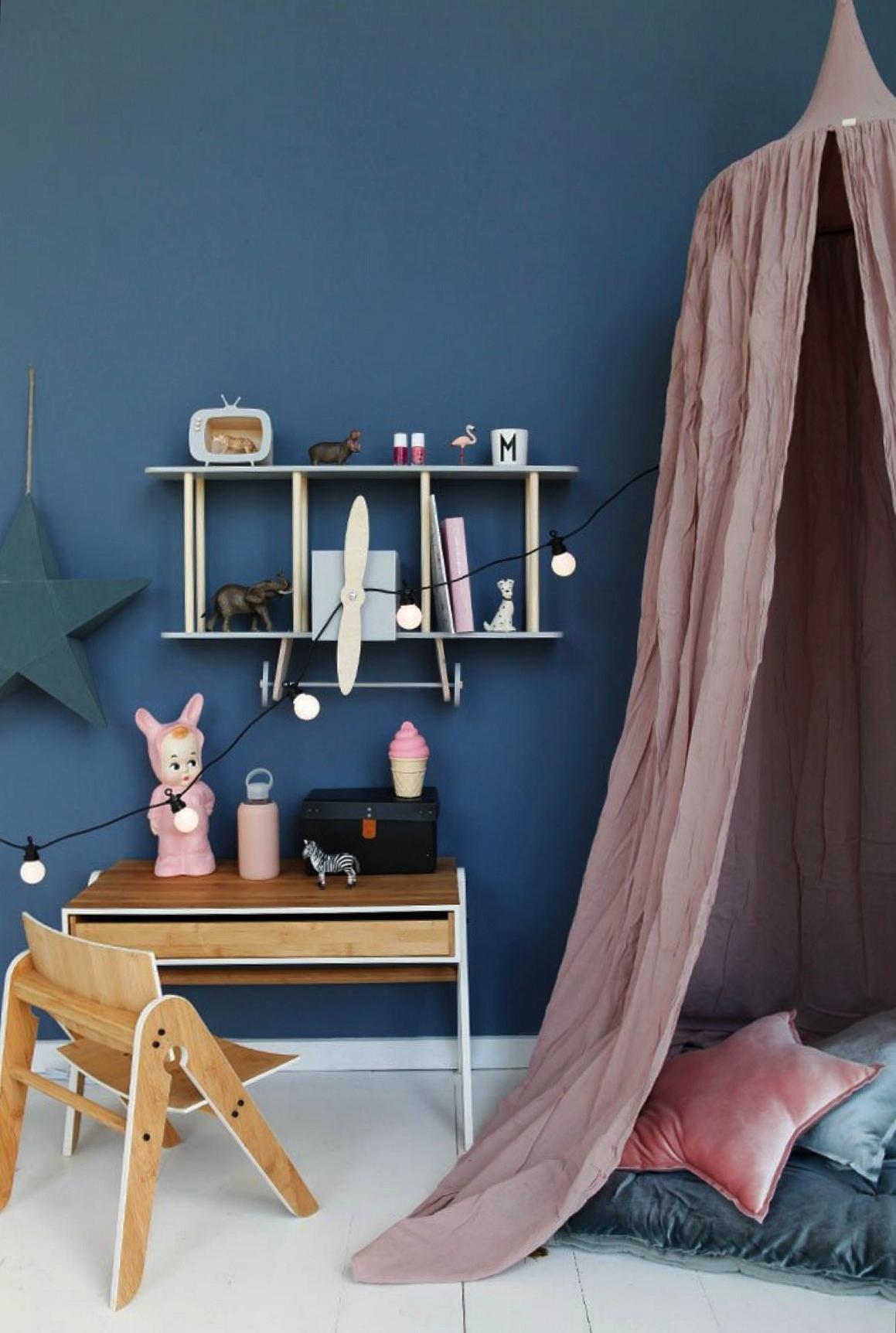 Pour la chambre de votre fille, peignez les murs en bleu et créez un contraste avec un baldaquin couleur rose.