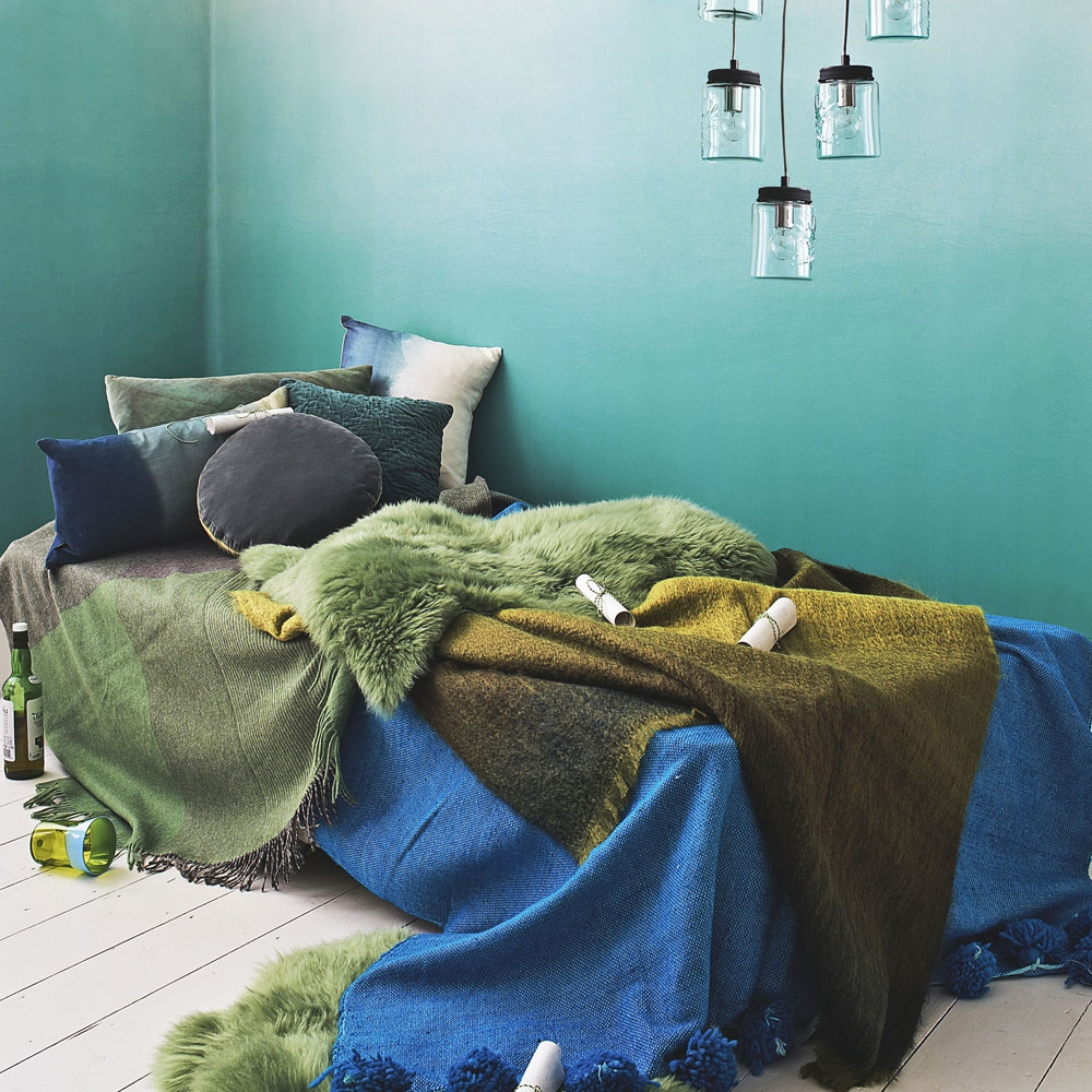 Choisissez des accessoires pour votre lit en bleu pétrole, tels que des draps et des oreillers.