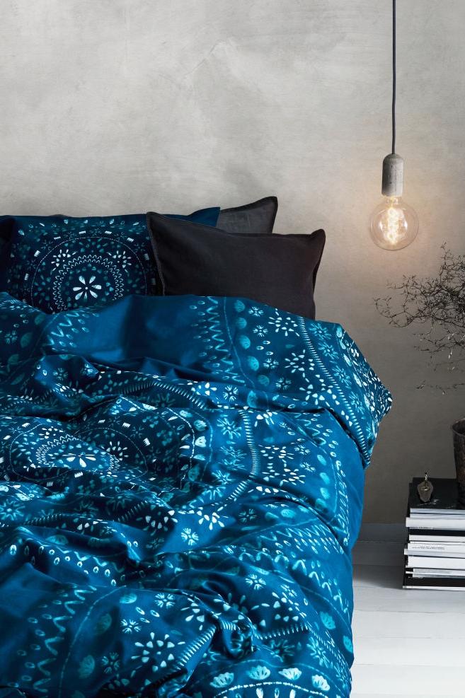 Par exemple, les draps de lit en bleu apaisant sont un bon accent.
