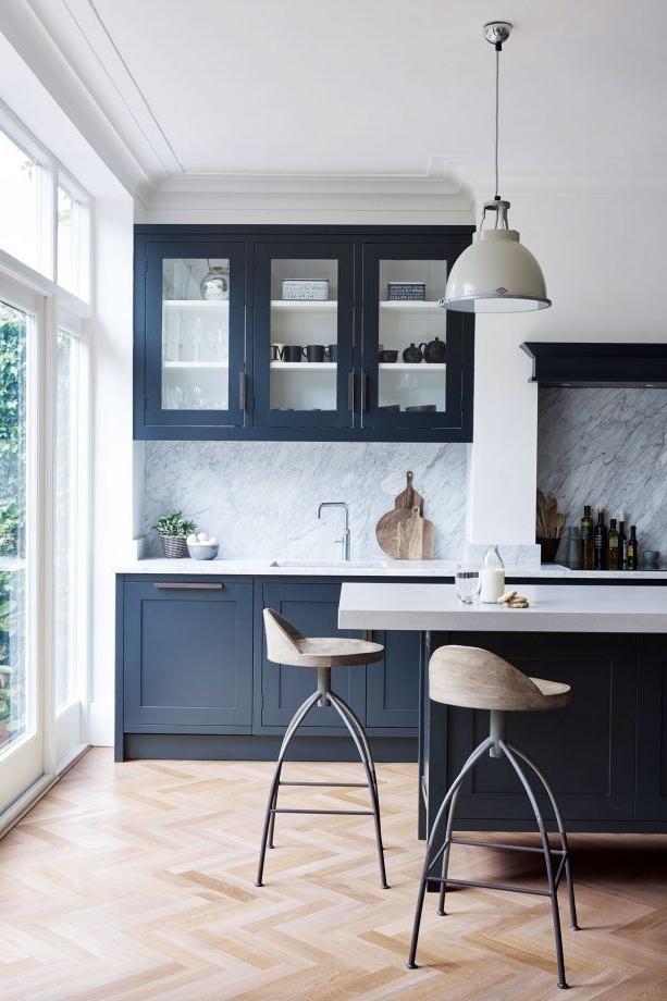 Un autre exemple d'une cuisine parfaitement assemblée. Ici, la peinture en bleu fait une grande différence.